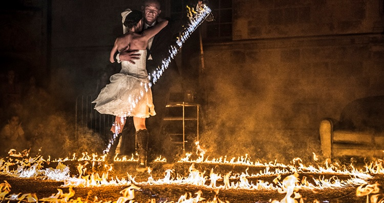 Amor performace - dancers surrounded by fire