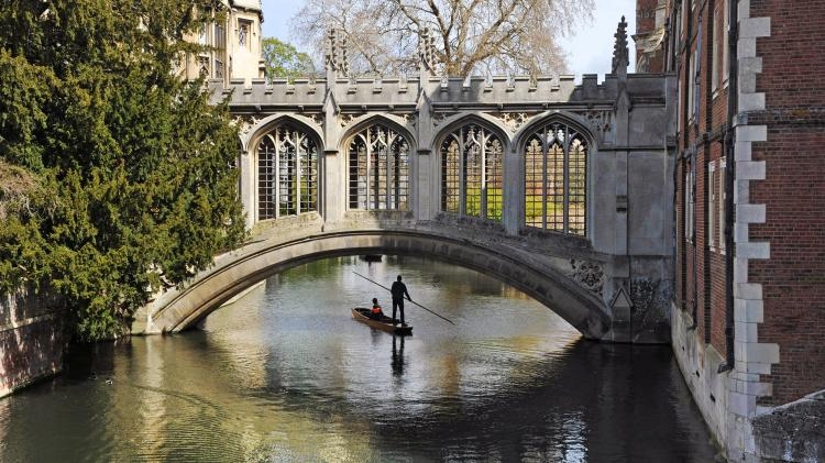 Puting down the Cam is the most romantic way to see Cambridge
